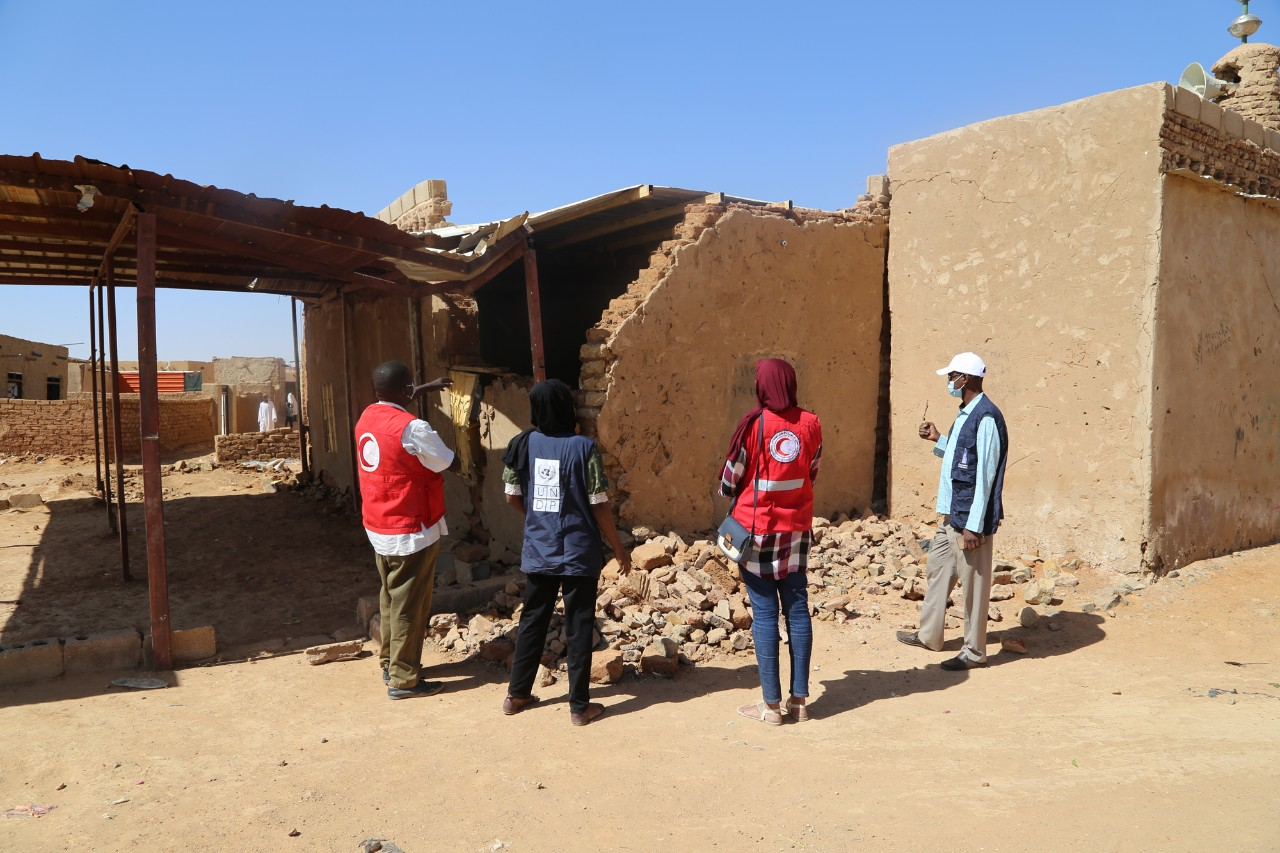 Technical teams from UNDP Sudan and Sudanese Red Crescent assessing locations affected by floods during 2020 rain season